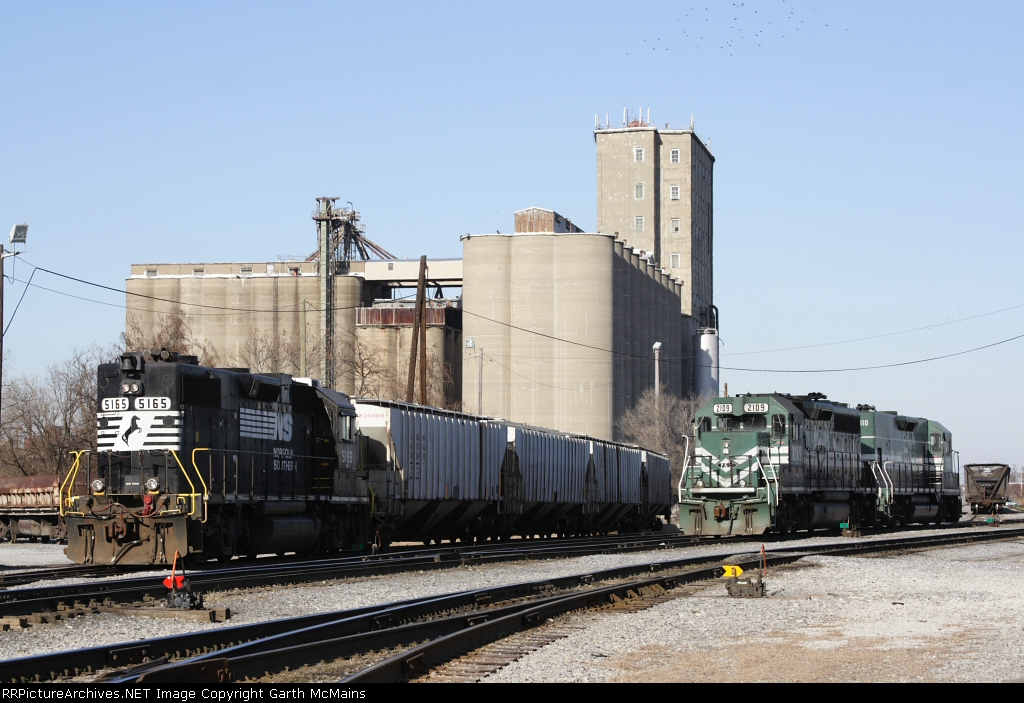 Locomotives: NS 5165(GP38-2) PAL 2109(GP40-3) PAL 2110(Road Slug)
